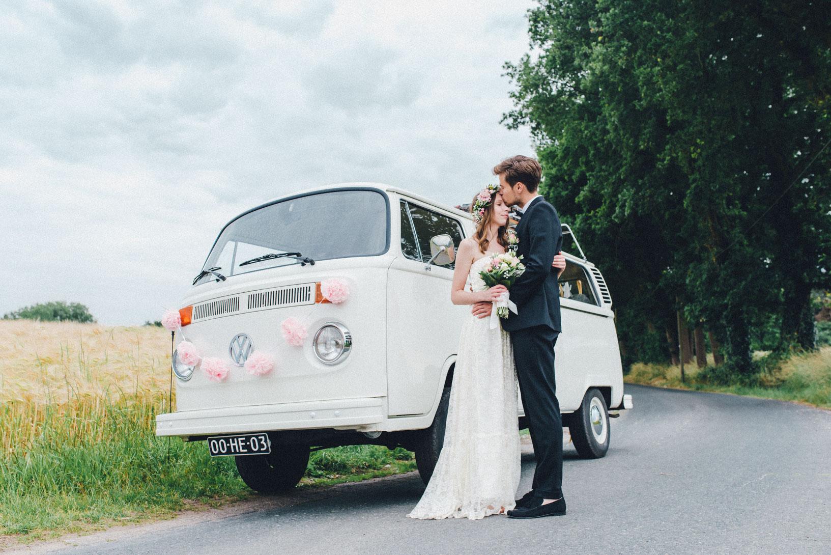 DIY-Hochzeit-gold-VW-Bully-101 Janet & Pierre DIY Midsummer-Wedding in Gold mit VW BulliDIY Hochzeit gold VW Bully 101