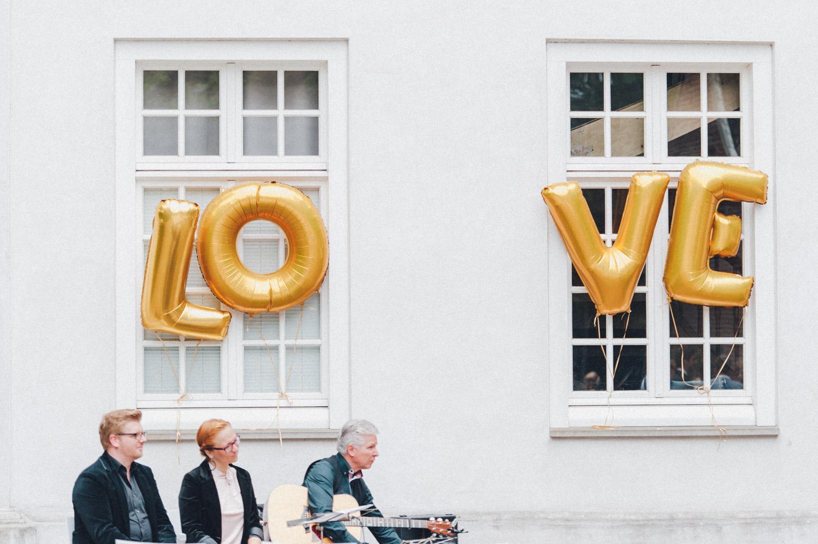 DIY-Hochzeit-gold-VW-Bully-50 Janet & Pierre DIY Midsummer-Wedding in Gold mit VW BulliDIY Hochzeit gold VW Bully 50