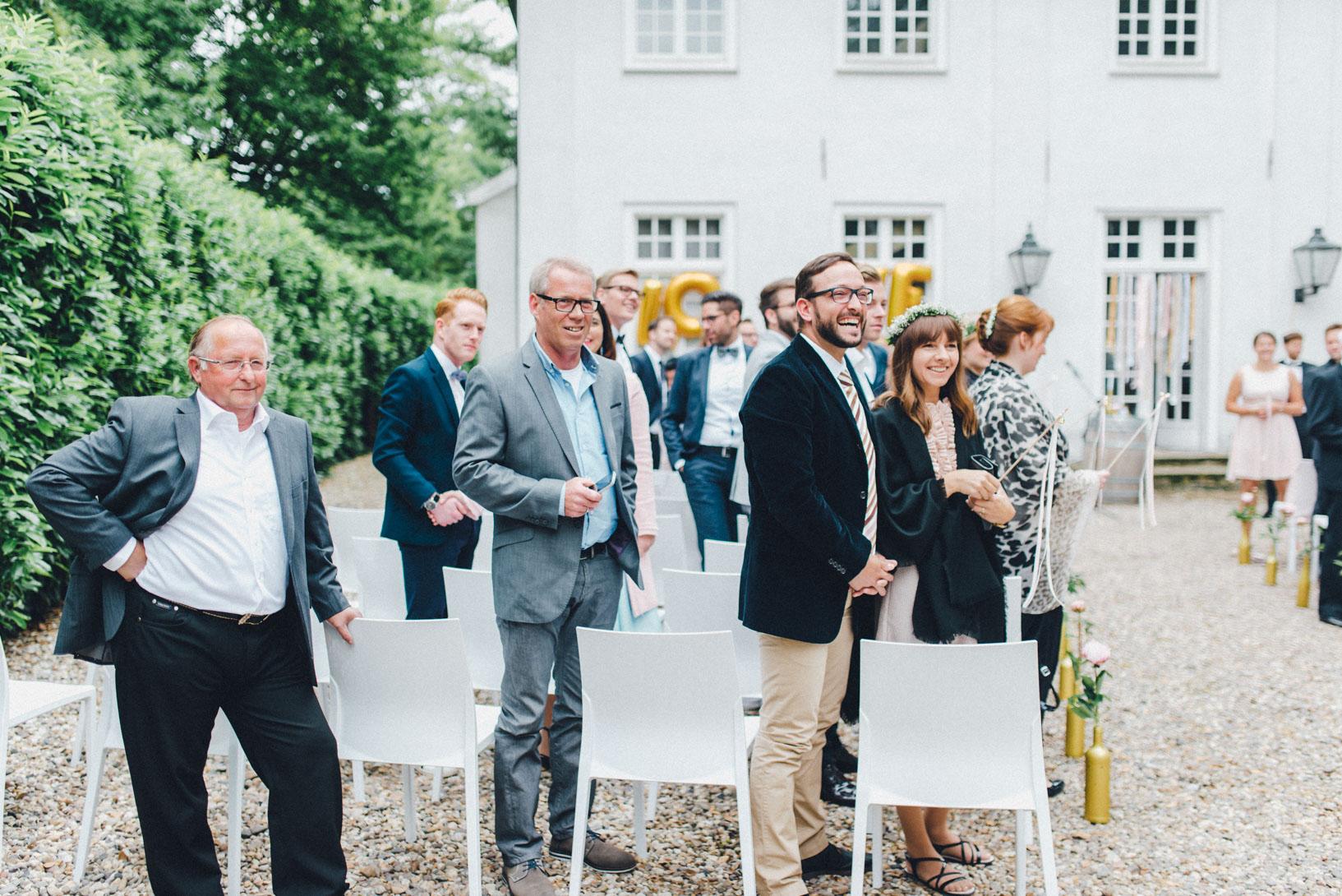 DIY-Hochzeit-gold-VW-Bully-56 Janet & Pierre DIY Midsummer-Wedding in Gold mit VW BulliDIY Hochzeit gold VW Bully 56