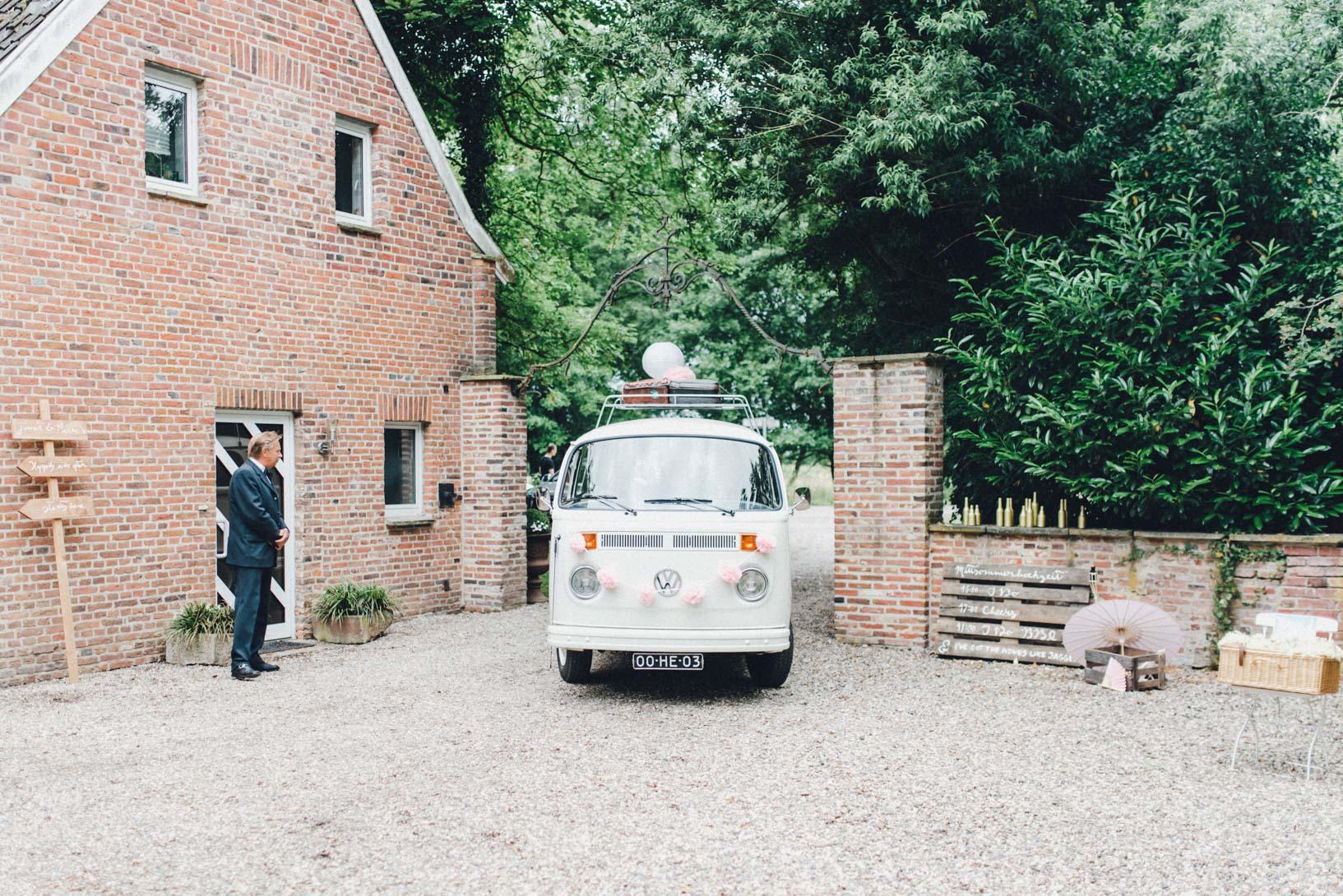 DIY-Hochzeit-gold-VW-Bully-57 Janet & Pierre DIY Midsummer-Wedding in Gold mit VW BulliDIY Hochzeit gold VW Bully 57