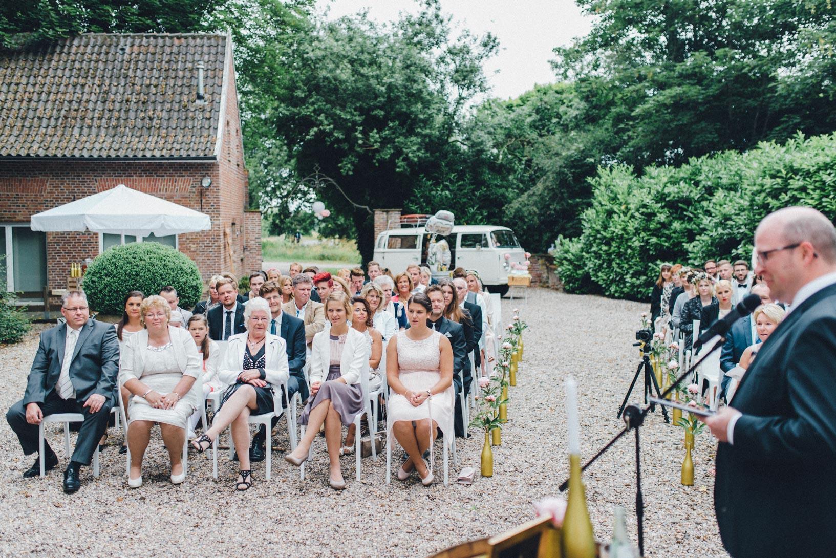 DIY-Hochzeit-gold-VW-Bully-61 Janet & Pierre DIY Midsummer-Wedding in Gold mit VW BulliDIY Hochzeit gold VW Bully 61