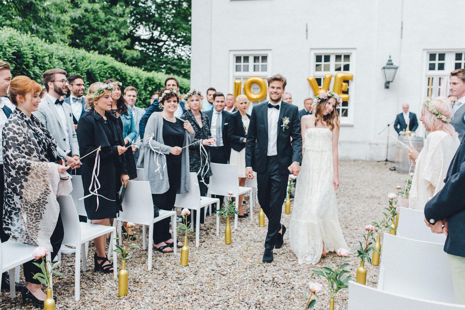 DIY-Hochzeit-gold-VW-Bully-68 Janet & Pierre DIY Midsummer-Wedding in Gold mit VW BulliDIY Hochzeit gold VW Bully 68