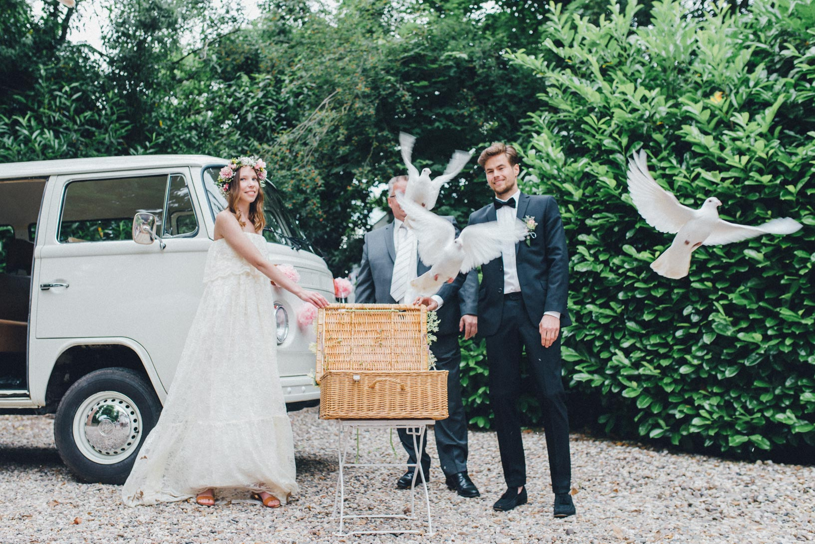 DIY-Hochzeit-gold-VW-Bully-70 Janet & Pierre DIY Midsummer-Wedding in Gold mit VW BulliDIY Hochzeit gold VW Bully 70