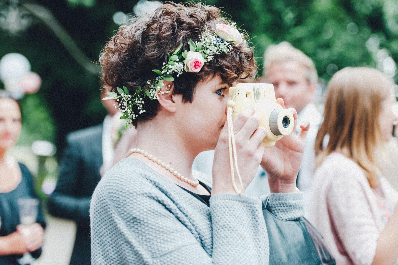 DIY-Hochzeit-gold-VW-Bully-72 Janet & Pierre DIY Midsummer-Wedding in Gold mit VW BulliDIY Hochzeit gold VW Bully 72