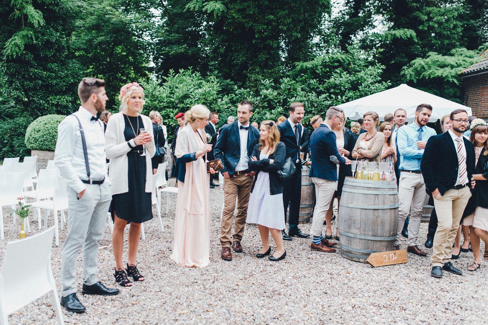 DIY-Hochzeit-gold-VW-Bully-76 Janet & Pierre DIY Midsummer-Wedding in Gold mit VW BulliDIY Hochzeit gold VW Bully 76