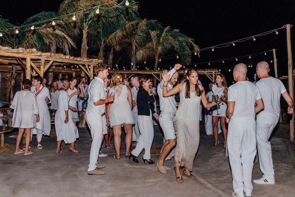 love-wins-beach-wedding-130 Ervin & Ian Love wins. Hochzeit auf Mykonos. Foto & Filmlove wins beach wedding 130